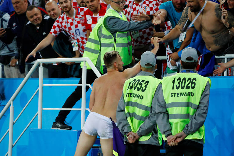 Ivan Rakitic comemora com torcida após vitória da Croácia em sua estreia na Copa