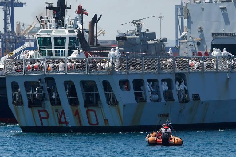 Navios com migrantes aportam na Espanha