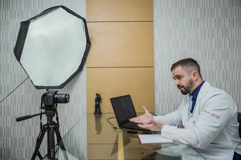Ginecologista Bruno Jacob, que grava vídeos em seu consultório para postar em seu canal no YouTube.