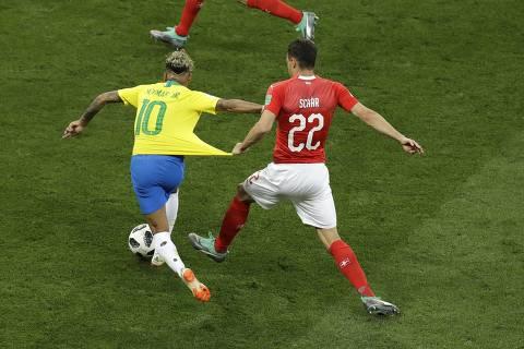 Neymar é caçado por suíços em campo e diz que pé operado dói
