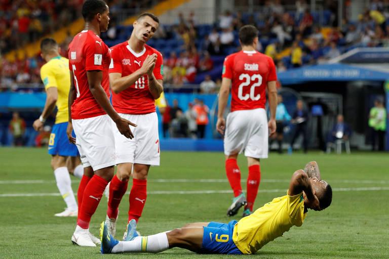 Gabriel Jesus discute com jogadores suíços após lance em que o atacante pediu a marcação de pênalti