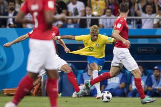 Jogador suíço puxa a camisa de Neymar