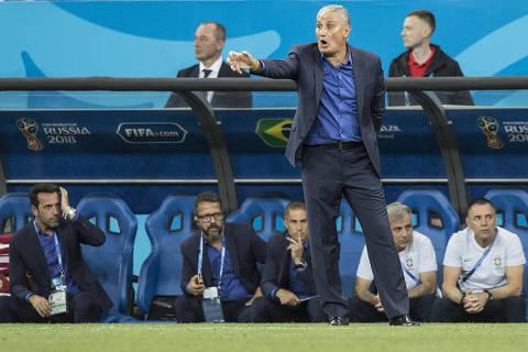 Tenso em sua estreia na Copa, Tite não vibra nem em gol de Coutinho