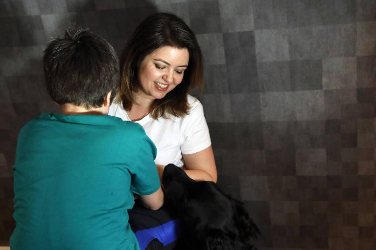 A pré-candidata a deputada federal Andréa Werner (PSOL) e o filho, Theo, que é autista; a jornalista criou um blog para dividir experiências