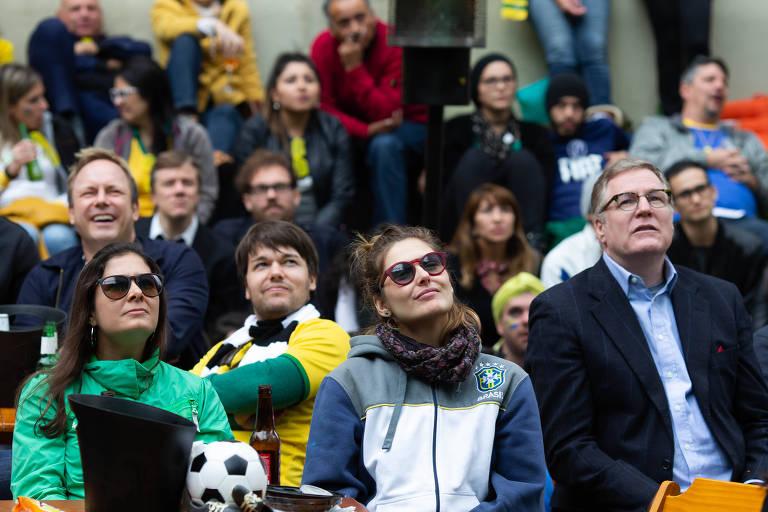 Paulistanos assistem a jogo da seleção