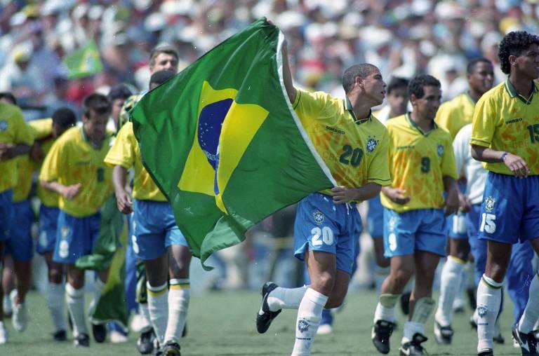 Ronaldo celebra em campo com uma bandeira do Brasil após a vitória sobre a Itália na final da Copa de 1994