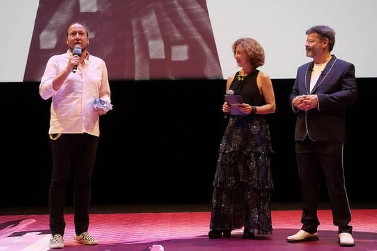 """O diretor Mateus de Paula Santos recebe o Cristal de melhor filme produzido para a TV, """"Leica - Everything in Black and White"""" no Festival de Animação de Annecy"""