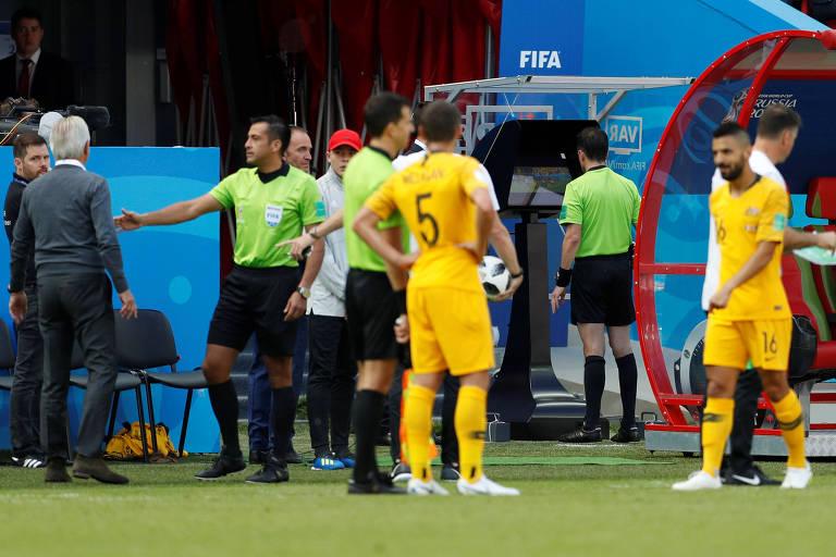 O árbitro uruguaio Andrés Cunha revê lance após ajuda do VAR antes de  marcar pênalti para 92dc26ee4de00