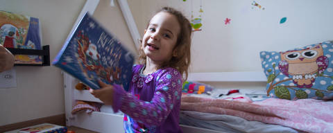 SÃO PAULO, SP, BRASIL, 03-06-2018 - INTERNA REVISTA DA HORA /  IMPORTANCIA DE CONTAR HISTÓRIAS- Em geral, o primeiro contato que a criança tem com o lúdico da literatura é por meio das histórias contadas pelos pais. A nutricionista Camila Ferraz Lucena Monaco, 37 anos, tem o hábito de contar histórias para a filha Letícia Lucena Monaco, de dois anos e 11 meses.. (Foto: Ronny Santos/Folhapress, DA HORA)  ***EXCLUSIVO AGORA *** EMBARGADA PARA VEICULOS ONLINE *** UOL E FOLHA.COM CONSULTAR FOTOGRAFIA DO AGORA *** FOLHAPRESS CONSULTAR FOTOGRAFIA AGORA *** FONES 3224 2169 * 3224 3342 ***