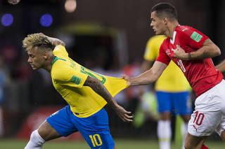 Copa Russia 2018.  Brasil e Suica empatam em 1 x 1 no estadio Arena Rostov. Jogador Suico segura Neymar pela camisa