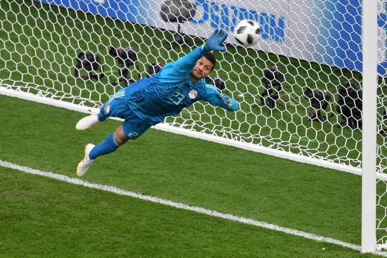 Mohamed El-Shenawy, do Egito, faz defesa em partida contra o Uruguai