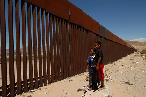 Children stand by a new section of the border wall on the U.S.-Mexico border in this picture taken from Anapra neighborhood in Ciudad Juarez, Mexico May 3, 2018. REUTERS/Jose Luis Gonzalez ORG XMIT: GGGTBR26