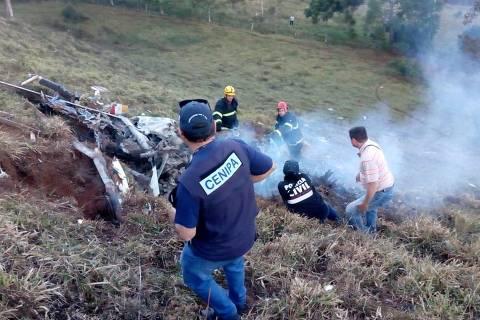 Busca de corpos em meio aos destroços do helicóptero que caiu no sul de Minas