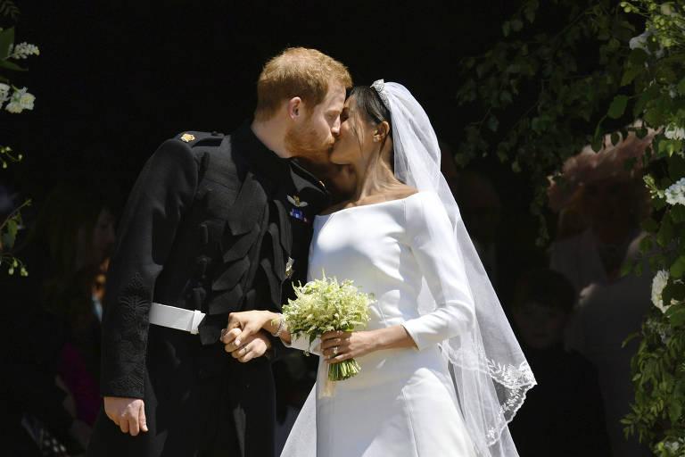 Príncipe Harry e Meghan Markle se beijam durante cerimônia de casamento