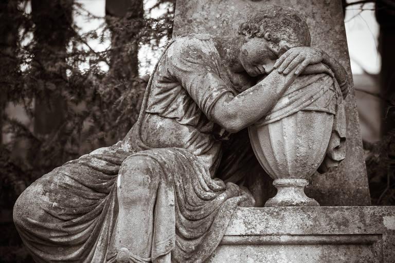 estátua de mulher em luto