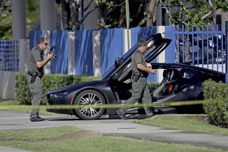 Policiais e peritos analisam o carro em que o rapper XXXTentacion foi morto nesta segunda-feira (18), em Deerfield Beach, perto de Miami, na Flórida (EUA)