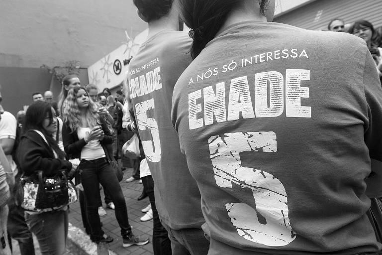 Em dia de prova do Enade, estudantes aguardam a abertura de portões de universidade particular na capital paulista