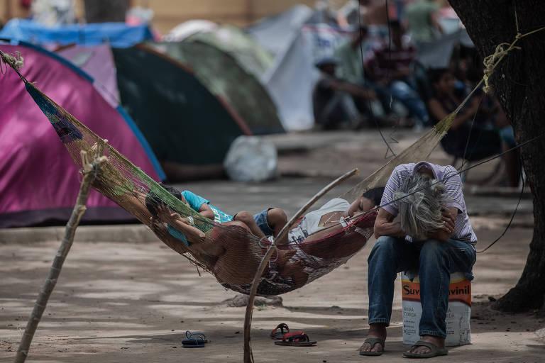 Comunidade de venezuelanos acampados em praça em Boa Vista, capital do estado de Roraima