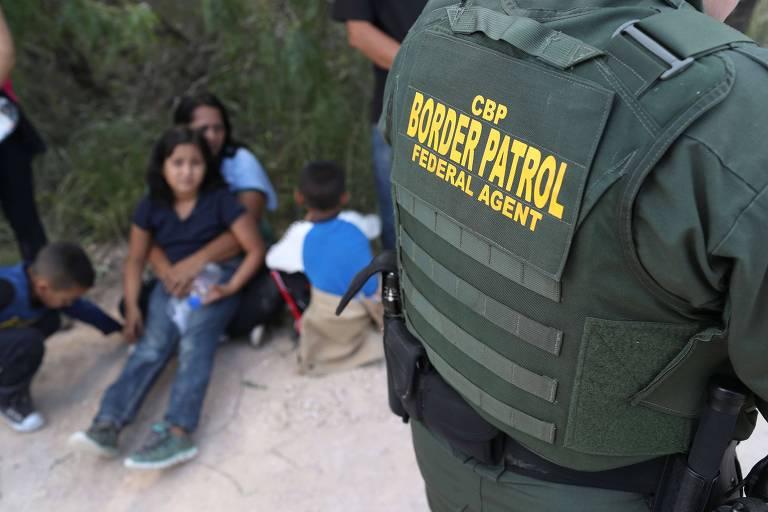 Agentes da fronteira dos EUA barram famílias que tentam entrar no país