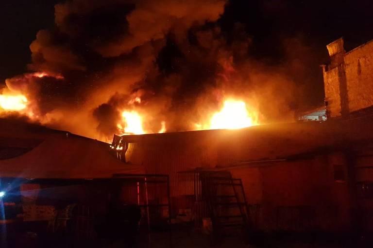 Incêndio de grande proporção atinge galpão na zona leste de São Paulo