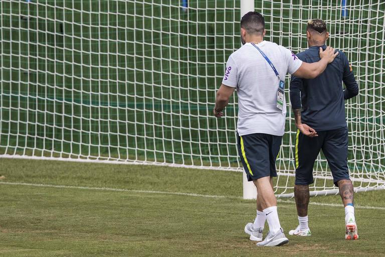 Neymar deixa treino da seleção após sentir dores