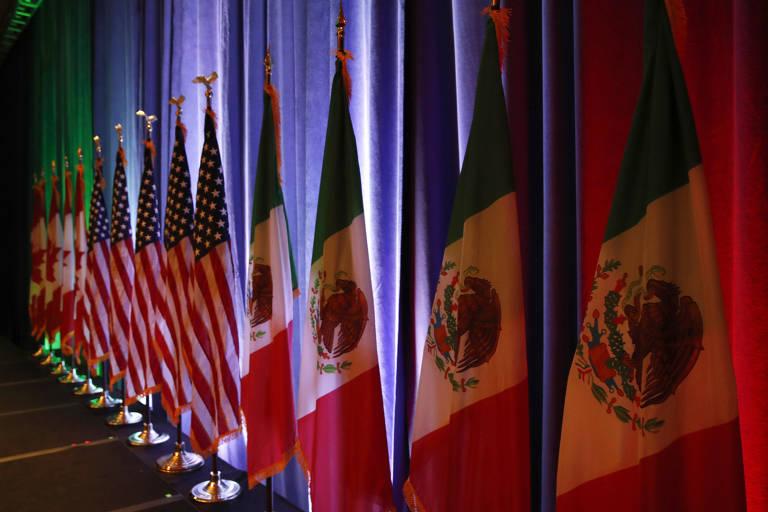Bandeiras do México, dos EUA e do Canadá em um palco
