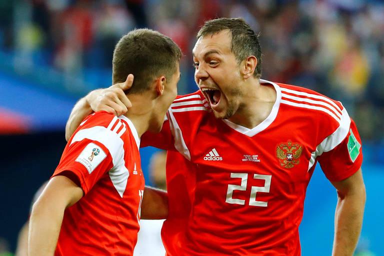 Dzyuba, da Rússia, celebra gol contra marcado pelo egípcio Ahmed Fathy