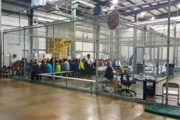 Autoridades publicaram esta imagem com imigrantes em uma espécie de jaula; jornalistas disseram ter visto crianças em condições semelhantes