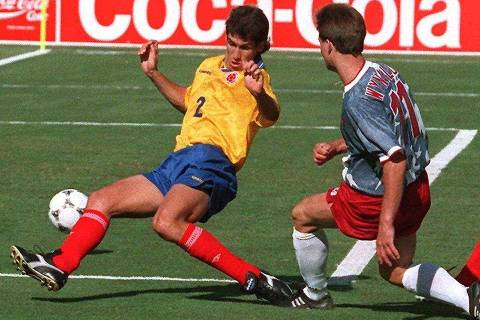 ORG XMIT: 472201_1.tif Esporte: o zagueiro colombiano Andres Escobar (à esq.) durante partida de futebol contra os EUA. Colombian defender Andres Escobar (L) comes up short as he tried to block the shot of US forward Eric Wynalda during their World Cup first round soccer match 22 June 1994 at the Rose Bowl in Pasadena. Escobar scored an own goal when he deflected a shot by US John Harkes into his own net as the United States won 2-1. AFP PHOTO/MIKE NELSON