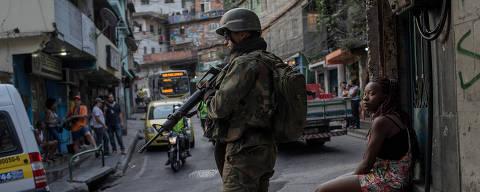 RIO DE JANEIRO, RJ, 28.09.2017: SEGURANÇA-RIO - Militares fazem patrulhamento na Estrada da Gávea, que corta a favela da Rocinha, na zona sul de São Paulo. (Foto: Eduardo Anizelli/Folhapress)