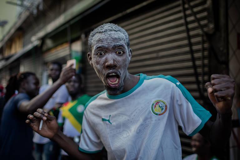 Senegaleses comemoram a vitória da seleção de Senegal por 2 x 1 contra a Colômbia, no centro de São Paulo