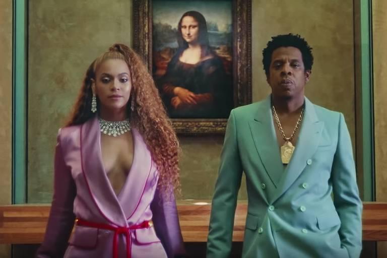"Beyoncé e Jay-Z em frente à ""Monalisa"". Frame de ""Apes**t"", clipe de Beyoncé e Jay-Z"