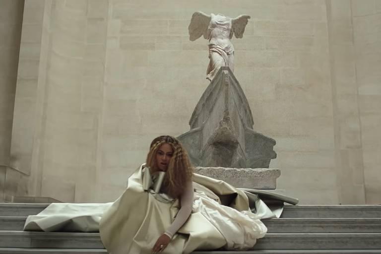 """Beyoncé em frente à obra """"Vitória da Samotrácia"""". Frame de """"Apes**t"""", clipe de Beyoncé e Jay-Z"""