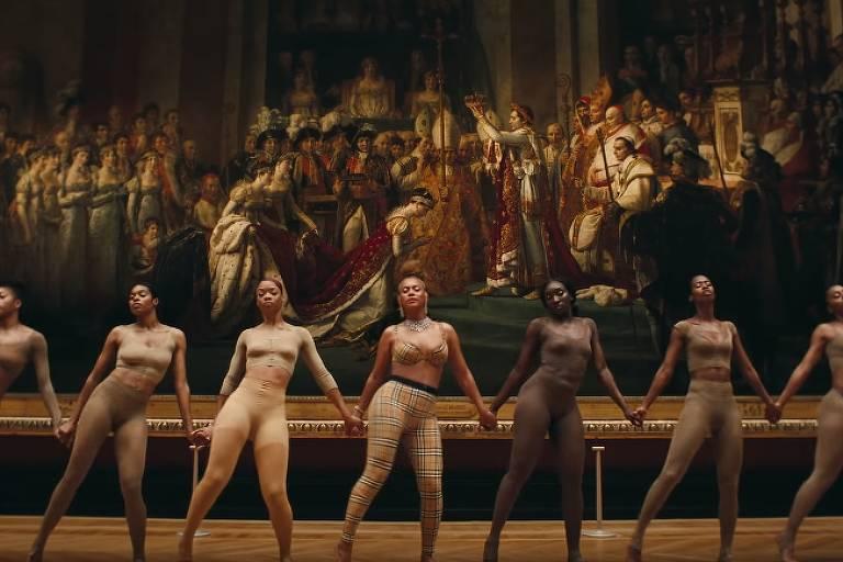 """Beyoncé e dançarinas em frente à obra """"Coroação de Napoleão"""". Frame de """"Apes**t"""", clipe de Beyoncé e Jay-Z"""