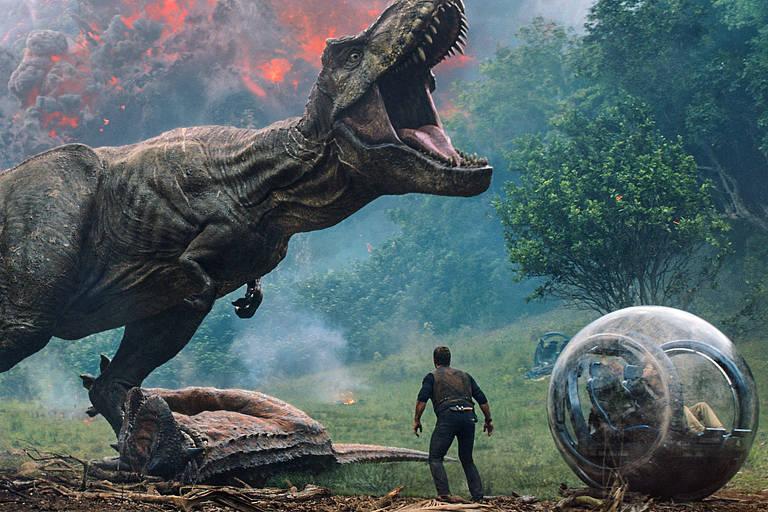 """Dinossauro abre a boca e faz vocalização em frente a um dos protagonistas do filme """"Jurassic World: Reino Ameaçado"""""""