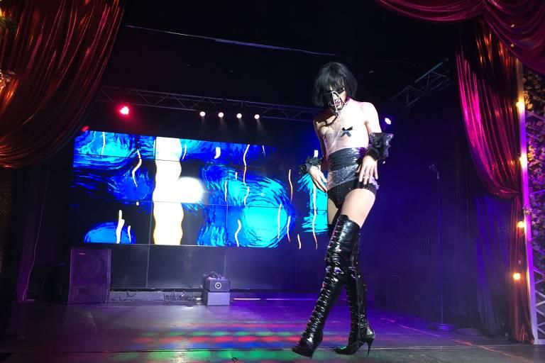 Drag queen se apresenta em show no clube Boyz, em Moscou