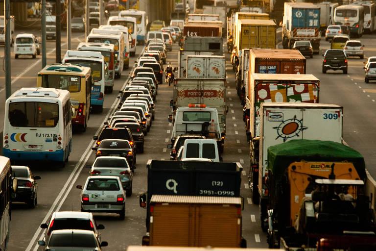 Vista da avenida Brasil, no Rio de Janeiro (RJ), durante congestionamento