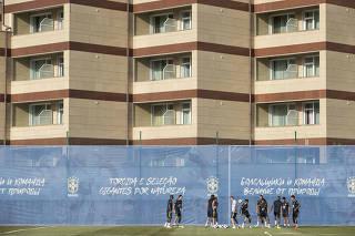 Jogadores da selecao brasileira se aquecem no campo do complexo Yug Sport  Stadium que pode ser observado por moradores dos apartamentos ao fundo