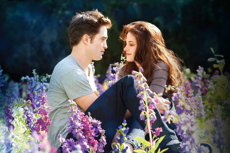 "Bella (Kristen Stewart) e Edward (Robert Pattinson) na saga ""Crepúsculo"""