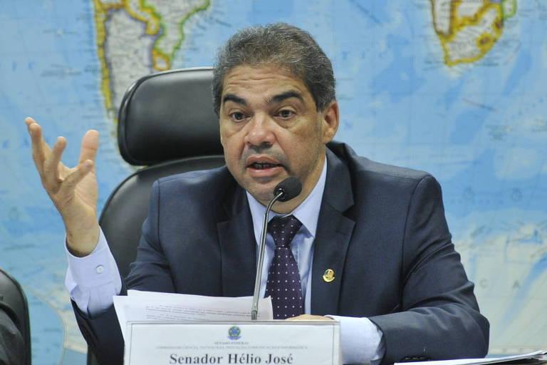 O então senador Hélio Jose, em 2015, com braço levantado, em audiência pública