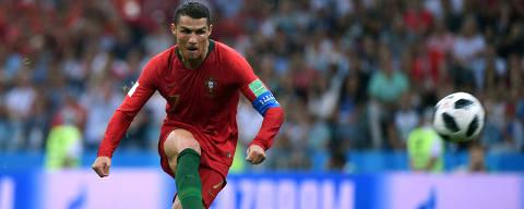 (180615) -- SOCHI, junio 15, 2018 (Xinhua) -- El jugador Cristiano Ronaldo, de Portugal, dispara el balón durante un partido del Grupo B de la Copa Mundial de la FIFA Rusia 2018, ante España, en Sochi, Rusia, el 15 de junio de 2018. (Xinhua/Li Ga) (cr) (da)