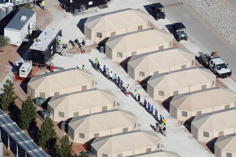 Jovens imigrantes em acampamento usado para abrigá-los em Tornillo, no Texas