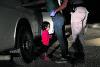 Menina hondurenha de dois anos chora enquanto sua mãe é detida por agentes de fronteira perto de McAllen, no Texas