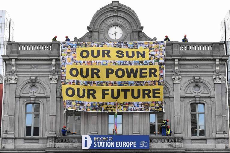 """Placa na frente do Parlamento Europeu diz, em inglês: """"Nosso sol / Nossa energia / Nosso futuro""""."""