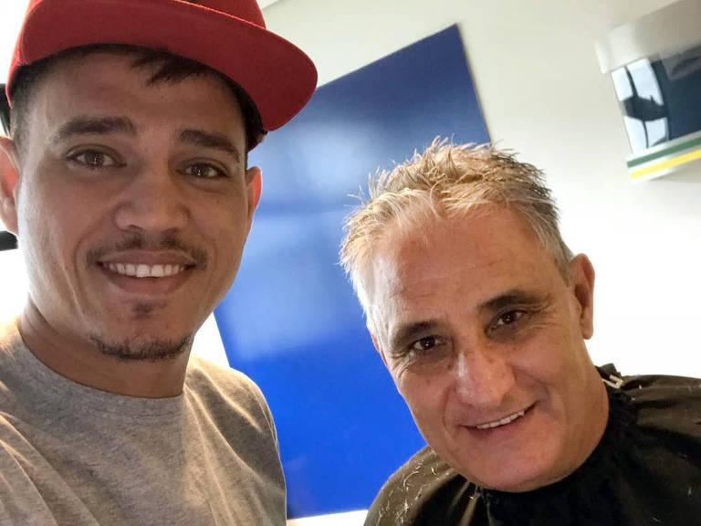 Nariko, cabeleireiro de Neymar, com o técnico Tite