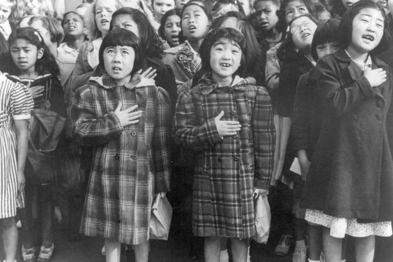"""Crianças de origem japonesa que foram presas recitam o Juramento de Fidelidade à Bandeira (""""Pledge of Allegiance"""") em 1942"""