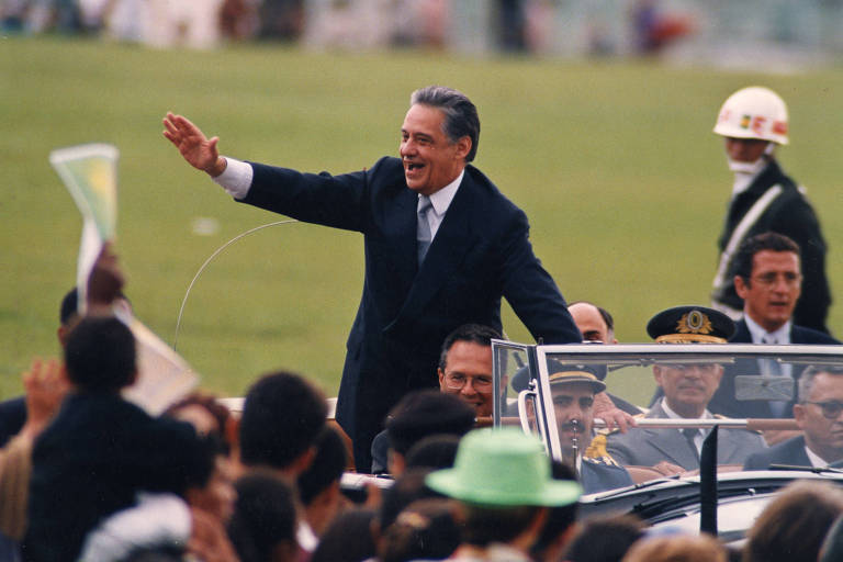 Fernando Henrique Cardoso acena para populares no Rolls-Royce presidencial durante sua posse como presidente da República, em Brasília (DF).