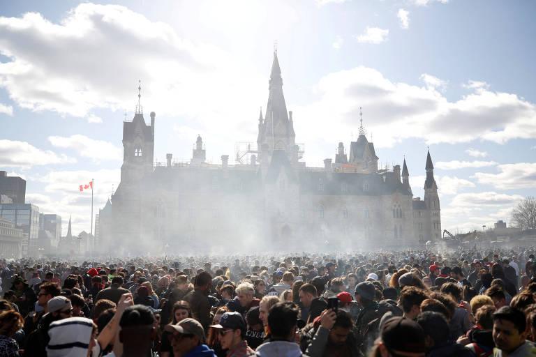 Nuvem de fumaça durante marcha da maconha em Ottawa, no Canadá