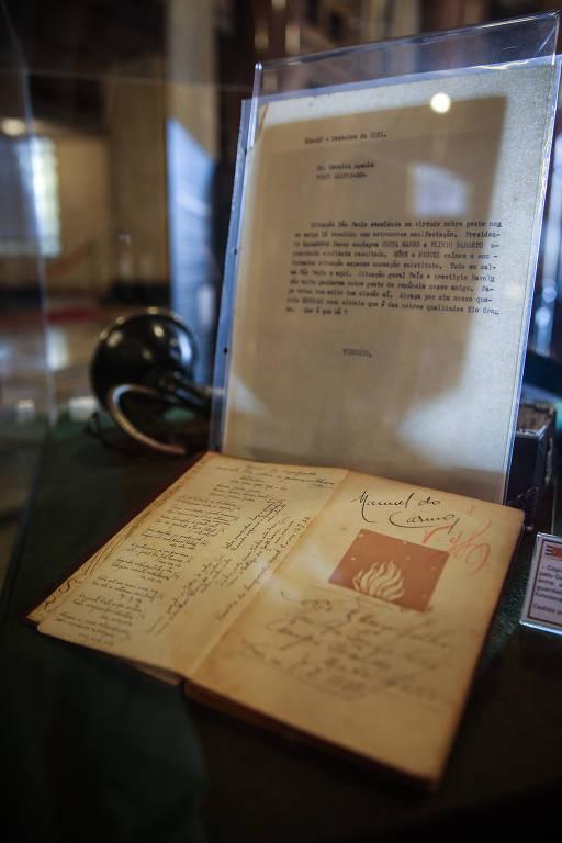 Caderno com mensagens de prisioneiros paulistas que apoiavam Getúlio Vargas