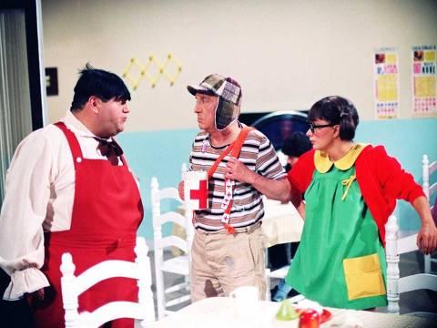 """ORG XMIT: 513701_0.tif Televisão: das esq. para a dir. os atores Edgar Vivar (Nhonho), Roberto Gómez Bolaños (Chavez) e Maria Antonieta de las Nieve Gómez Rodrigez (Chiquinha) em cena do seriado mexicano """"Chaves"""", no ar pelo SBT há 26 anos. (Foto: Divulgação) *** PROIBIDA A PUBLICAÇÃO SEM AUTORIZAÇÃO EXPRESSA DO DETENTOR DOS DIREITOS AUTORAIS ***"""